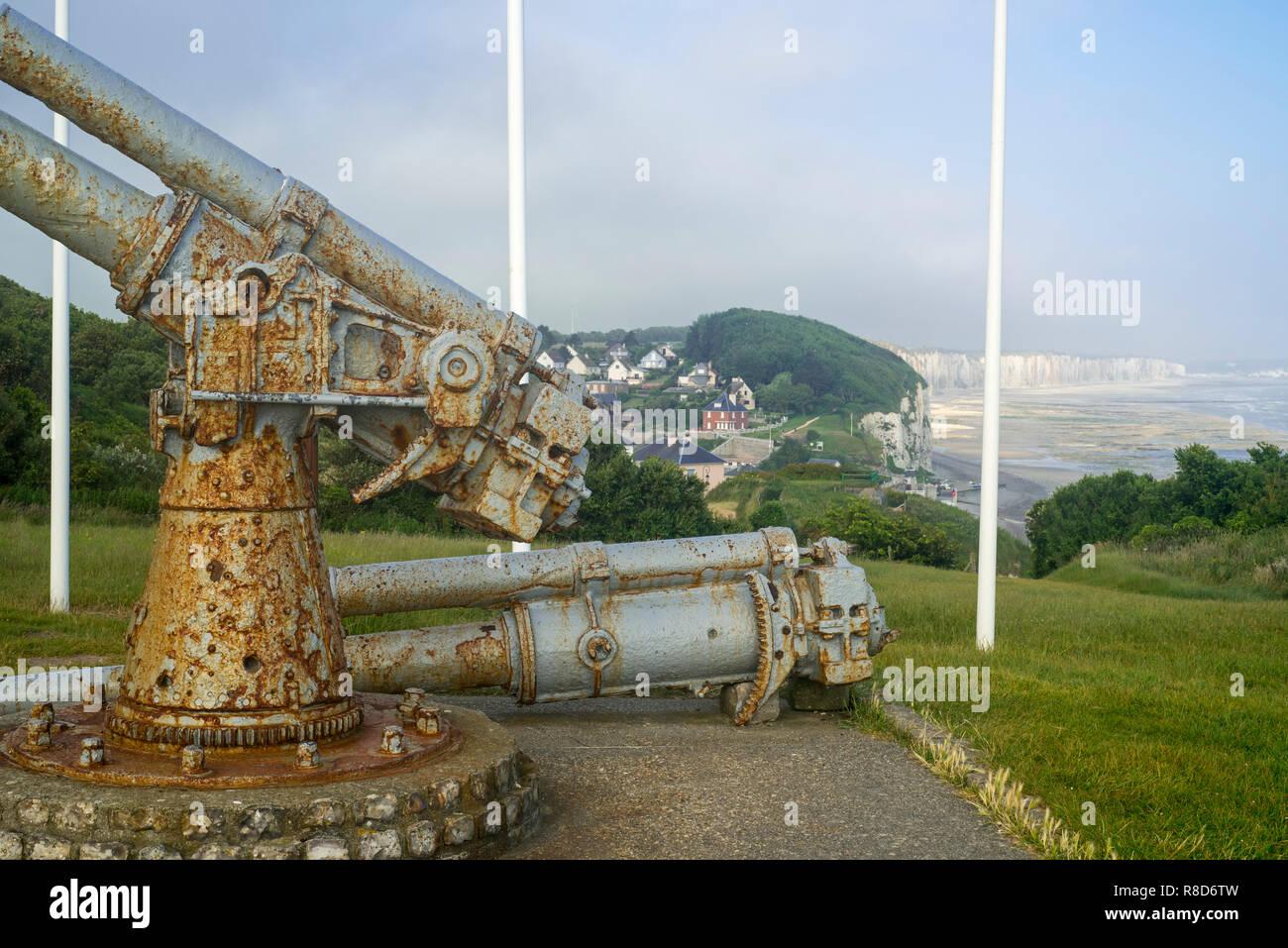 WW 2 Memorial mit 100-mm-Kanonen aus dem Französischen gepanzerte Frachtschiff P21 Le Cerons auf Klippe in Veules-les-Roses, Normandie, Frankreich Stockbild