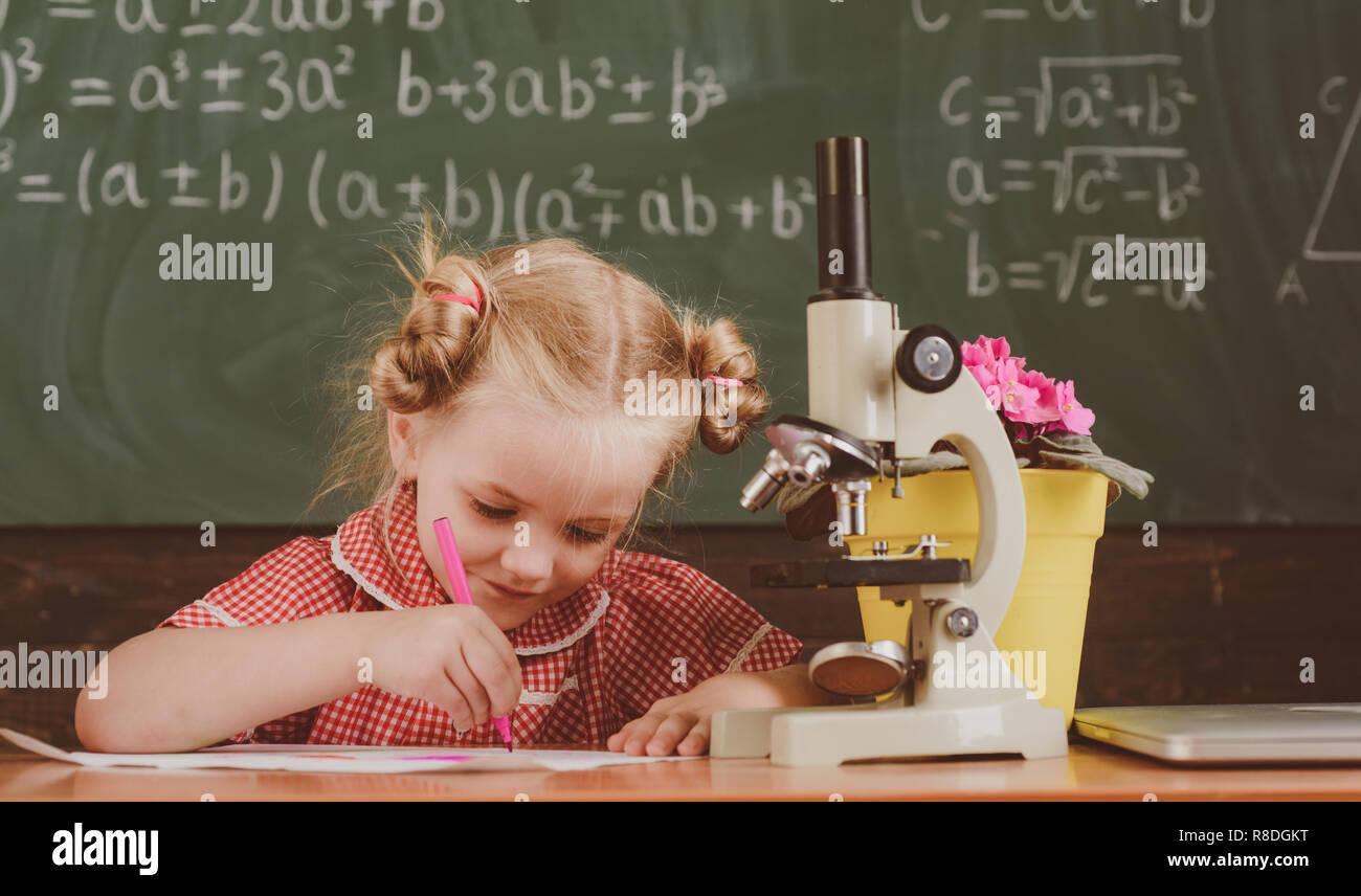 Kleines mädchen studieren in chemie unterricht in der schule
