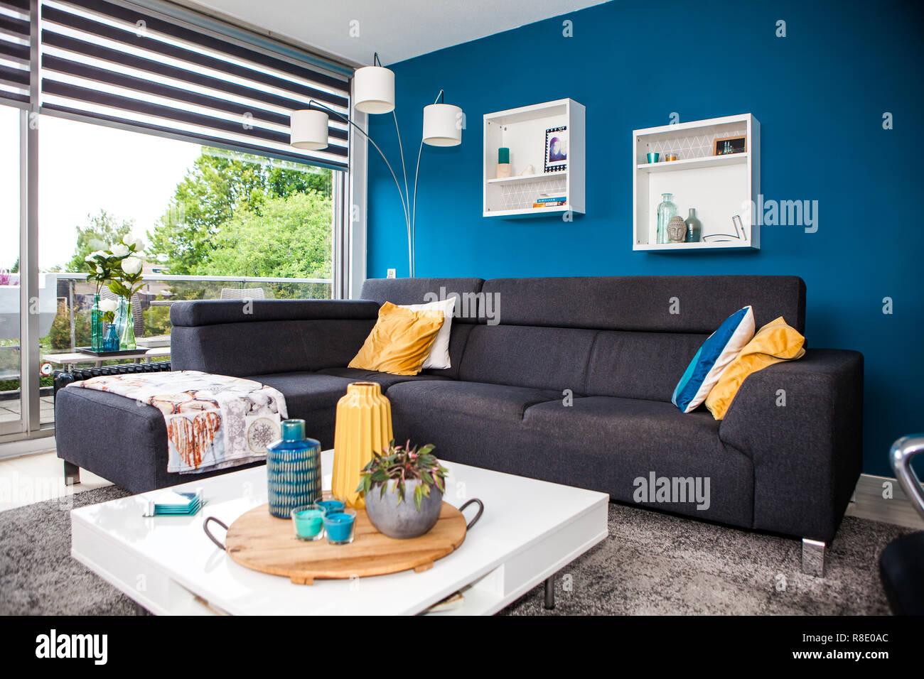 Modernes Wohnzimmer Mit Sofa Und Gelben Und Blauen Farben Stockfoto