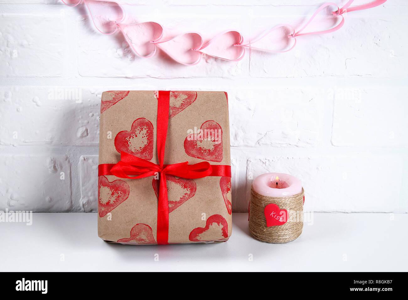 Diy Dekoration am 14. Februar. Ein Geschenk und eine Kerze für ...