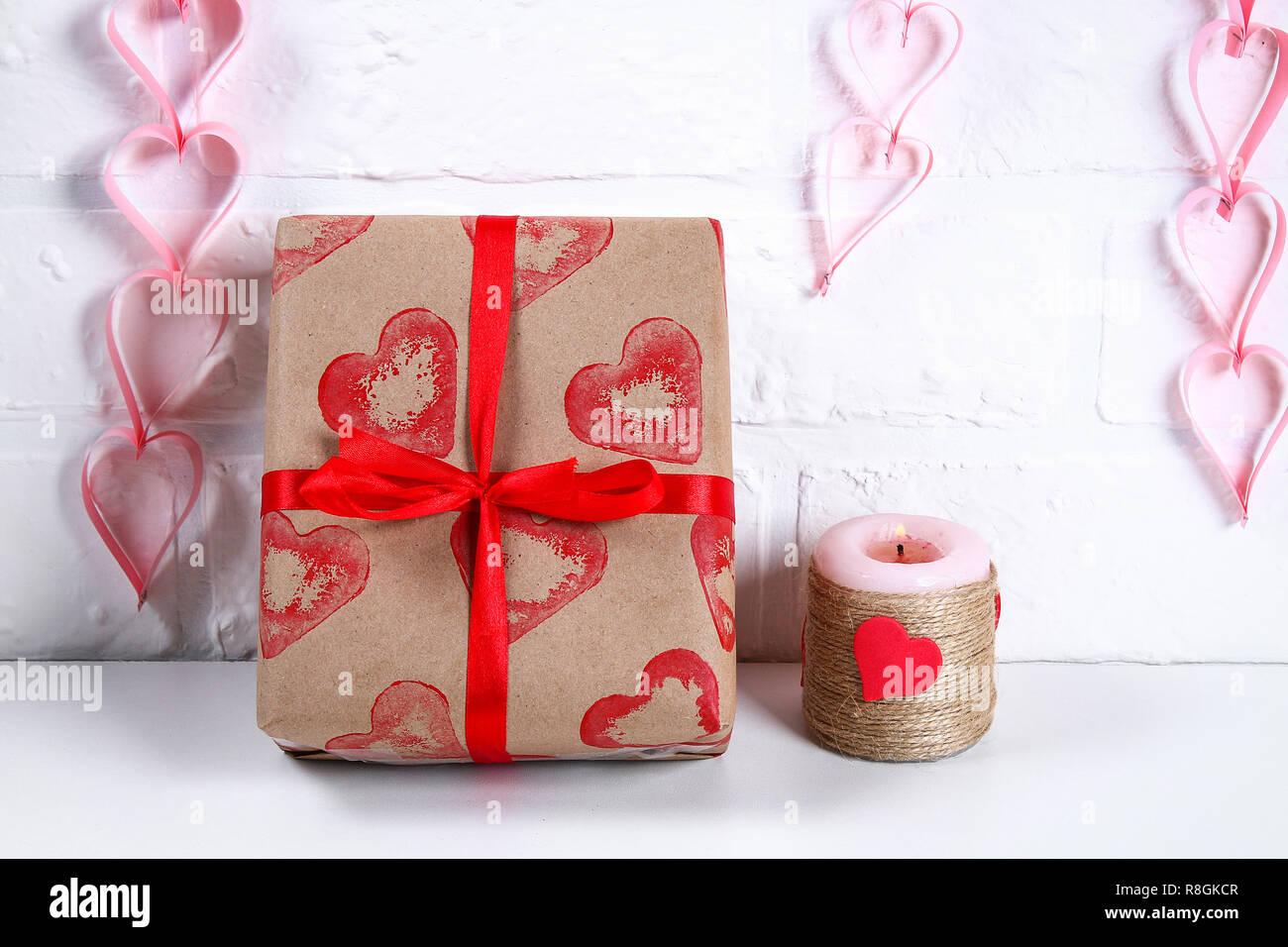 Diy Dekoration am 14. Februar. Ein Geschenk und eine Kerze ...