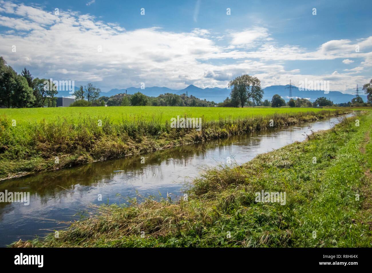 Bin Lustenauer Kanal in Vorarlberg, Österreich Stockbild
