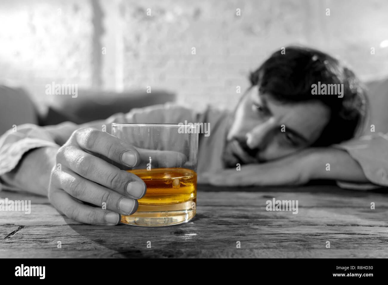 Betrunkene Junge Mann Alkohol Zu Hause Felling Einsam Depressiv Und