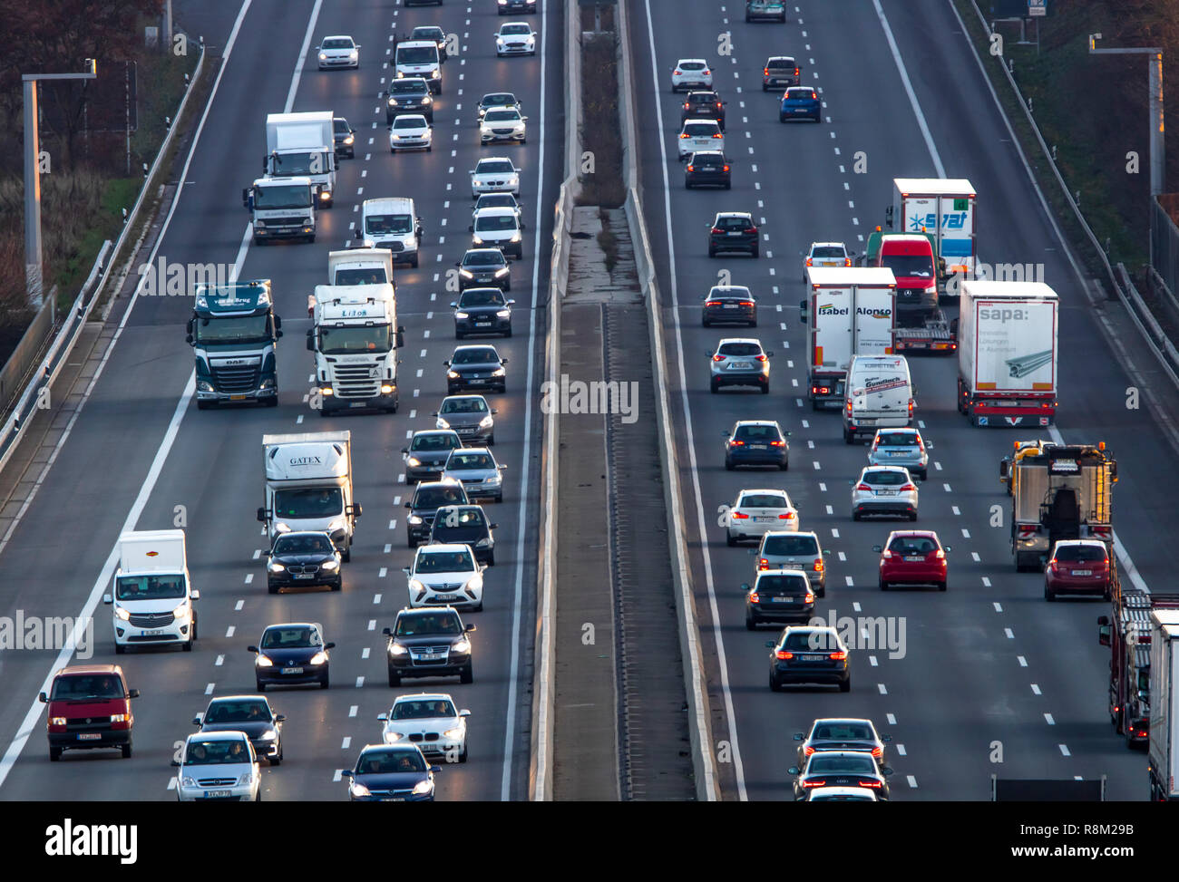 Von der Autobahn A3 zwischen Düsseldorf und Leverkusen, in Erkrath, Freigabe des Seitenstreifens bei hohem Verkehrsaufkommen, Kamera überwacht, Stockbild