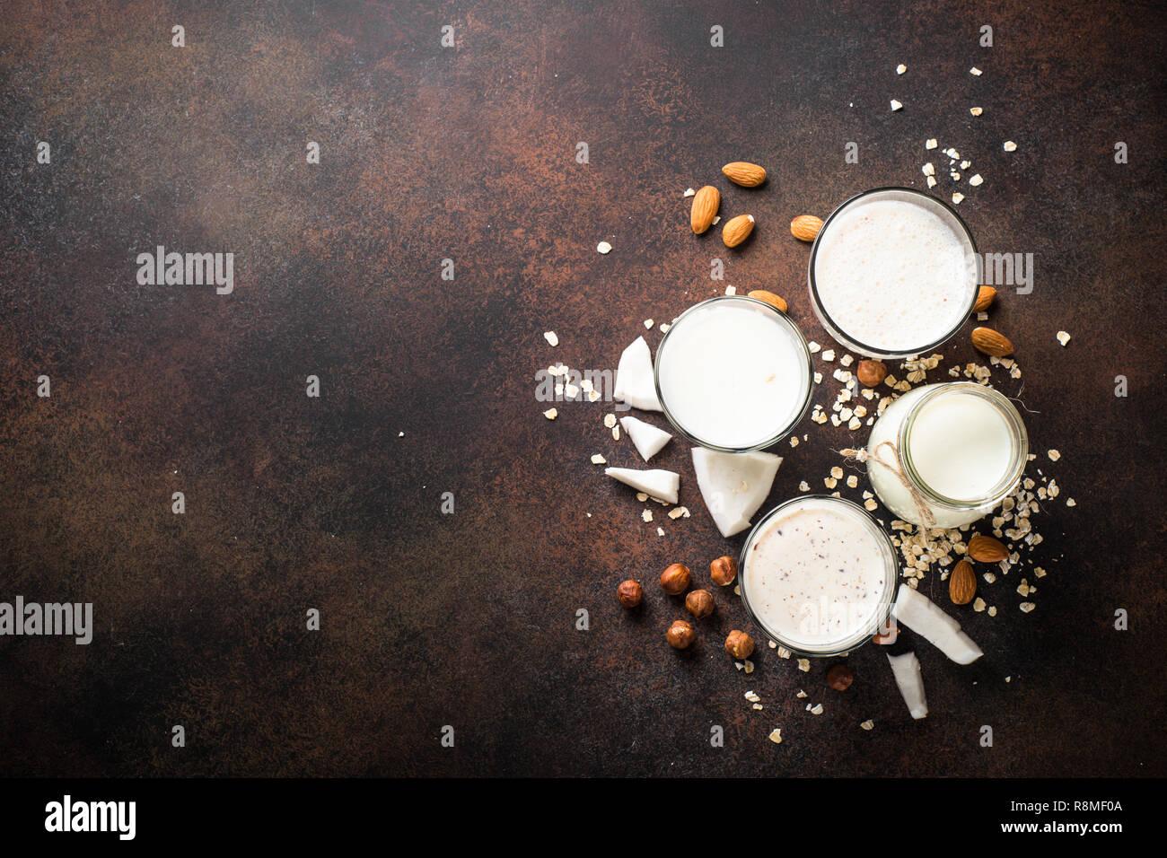 Vegan ohne Milchprodukte alternative Milch, Nüsse und hafermilch Ansicht von oben. Stockbild