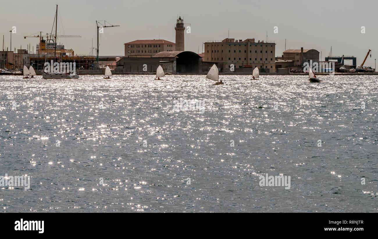 Regatta der Optimisten Boote im Golf von Triest, Friaul Julisch Venetien, Italien Stockbild
