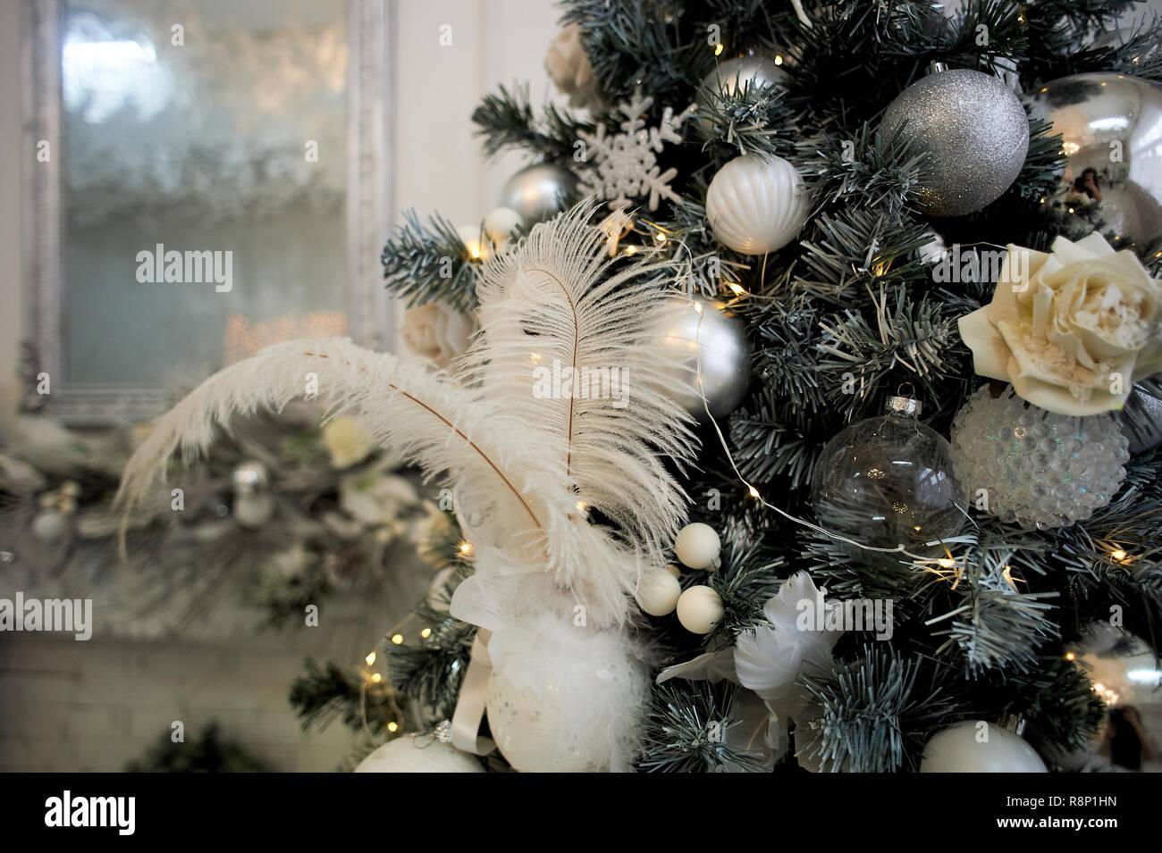 Weihnachtsbaum, in Weiß und Silber Farben gekleidet. Mit weißen Federn und Kugeln. Stockbild