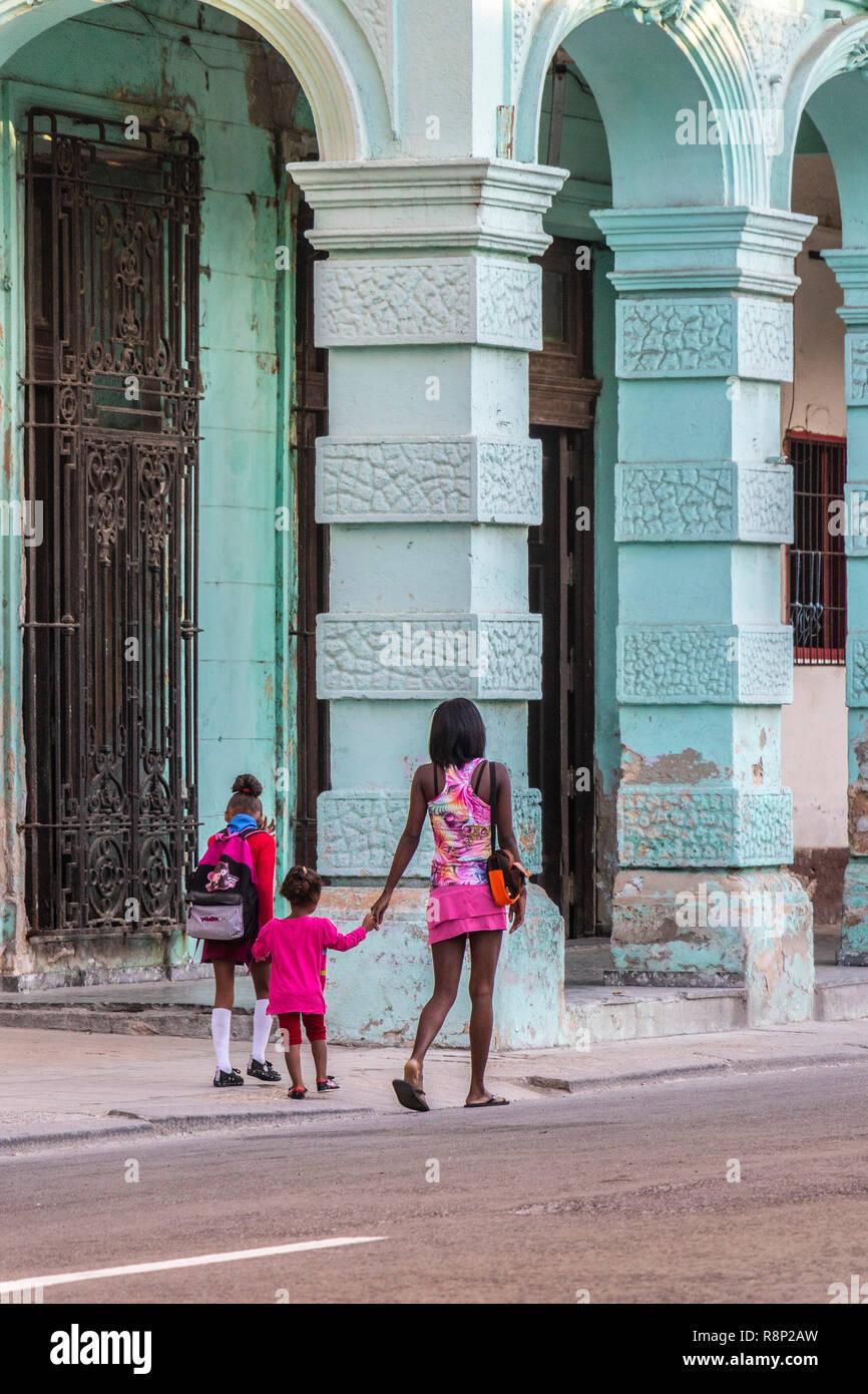 Jungen kubanischen Mutter Spaziergänge zwei Kinder zur Schule in Havanna Kuba Stockfoto