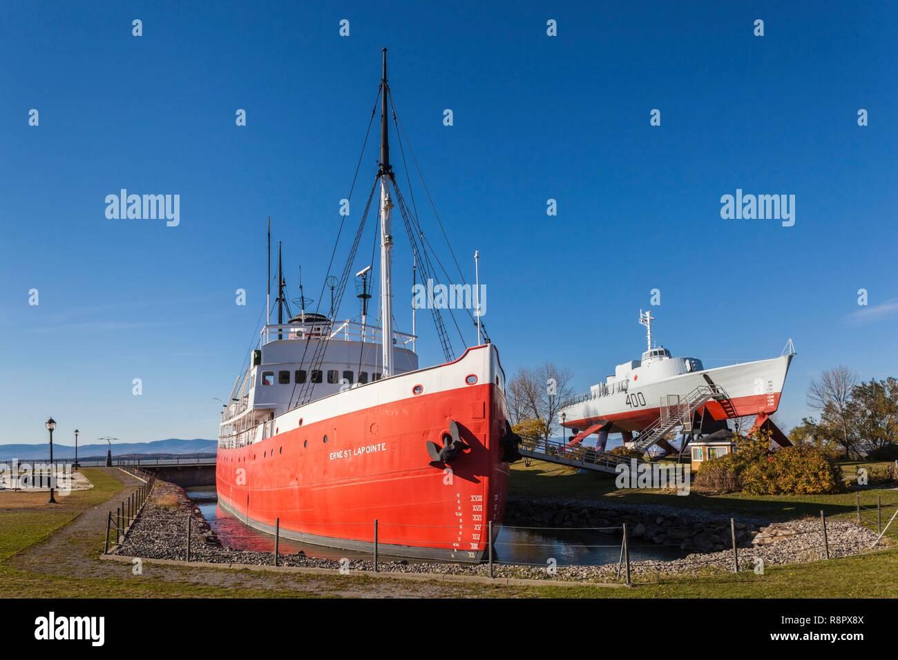 Kanada, Quebec, Chaudiere-Appalaches Region, L'Islet-sur-Mer, letzte Kanadische dampfbetriebenen Eisbrecher Ernest Lapointe und HMCS Bras d'Or experimentelle Tragflügelboot außerhalb des Maritime Museum Stockbild