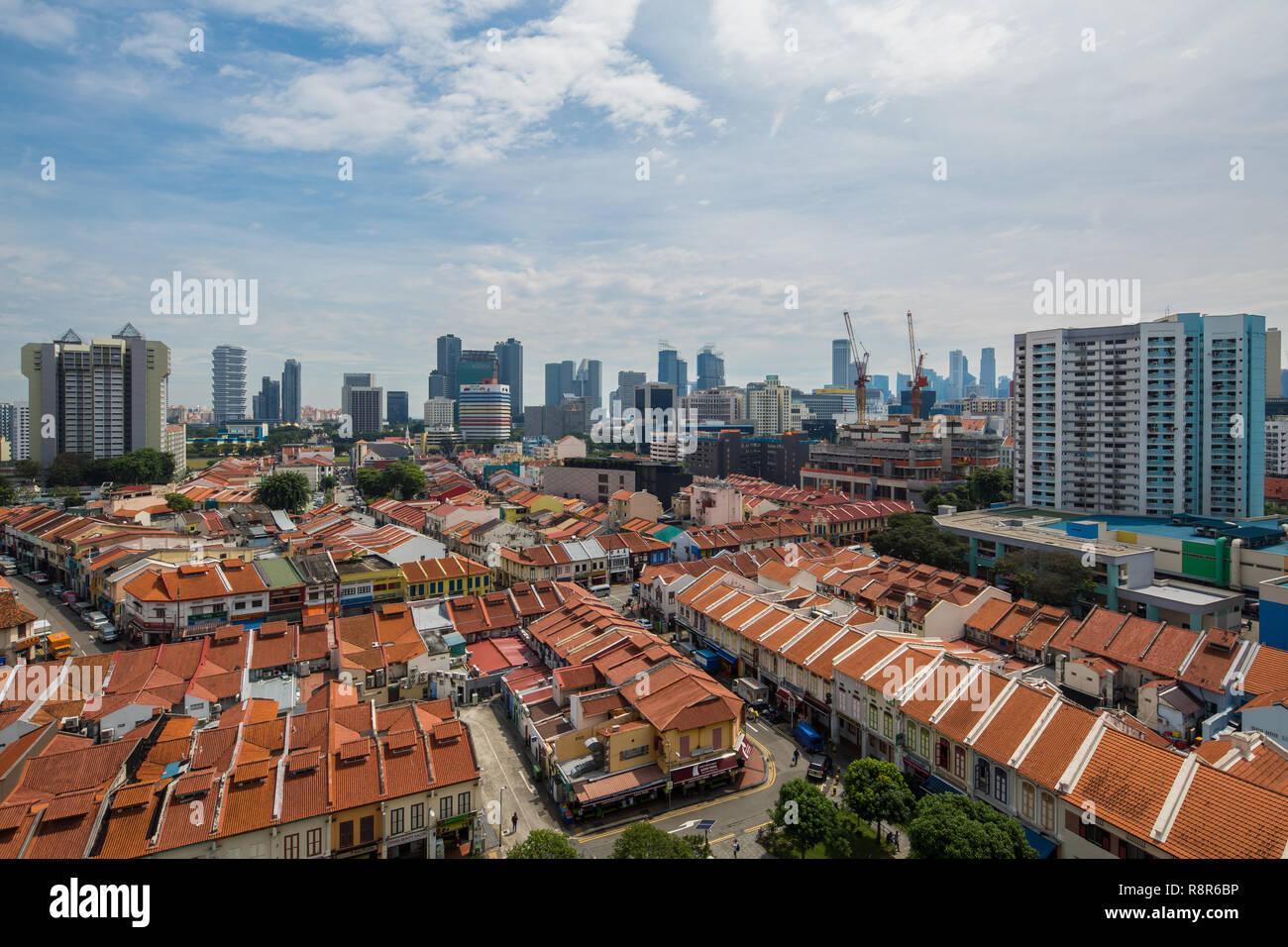 Luftaufnahme von geschäftshäusern in Little India, die hohen Gebäude hinter der modernen Skyline von Singapore. Ist buchstäblich sehen Transformation Stockbild