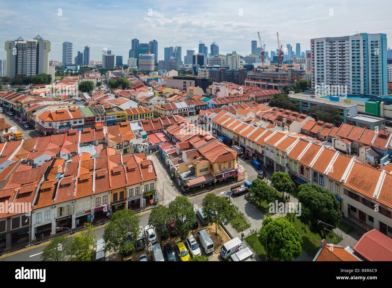 Eine Luftaufnahme von geschäftshäusern in Little India, die hohen Gebäude hinter der modernen Skyline von Singapore. Ist buchstäblich sehen Transformation Stockbild