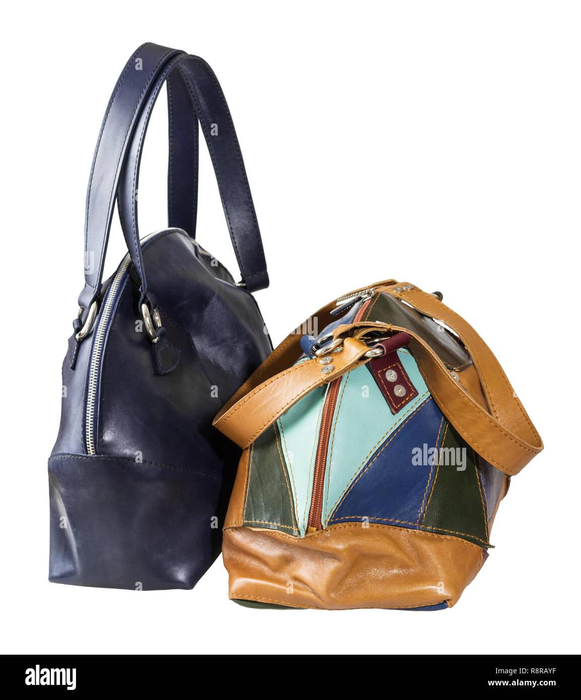 5731e5ba8ca64 Vorderansicht von zwei handgefertigte Leder Handtaschen auf weißem  Hintergrund Stockbild