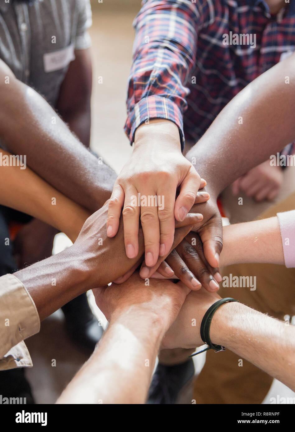 Männer Hand in Hand in der Gruppe Therapie Stockbild