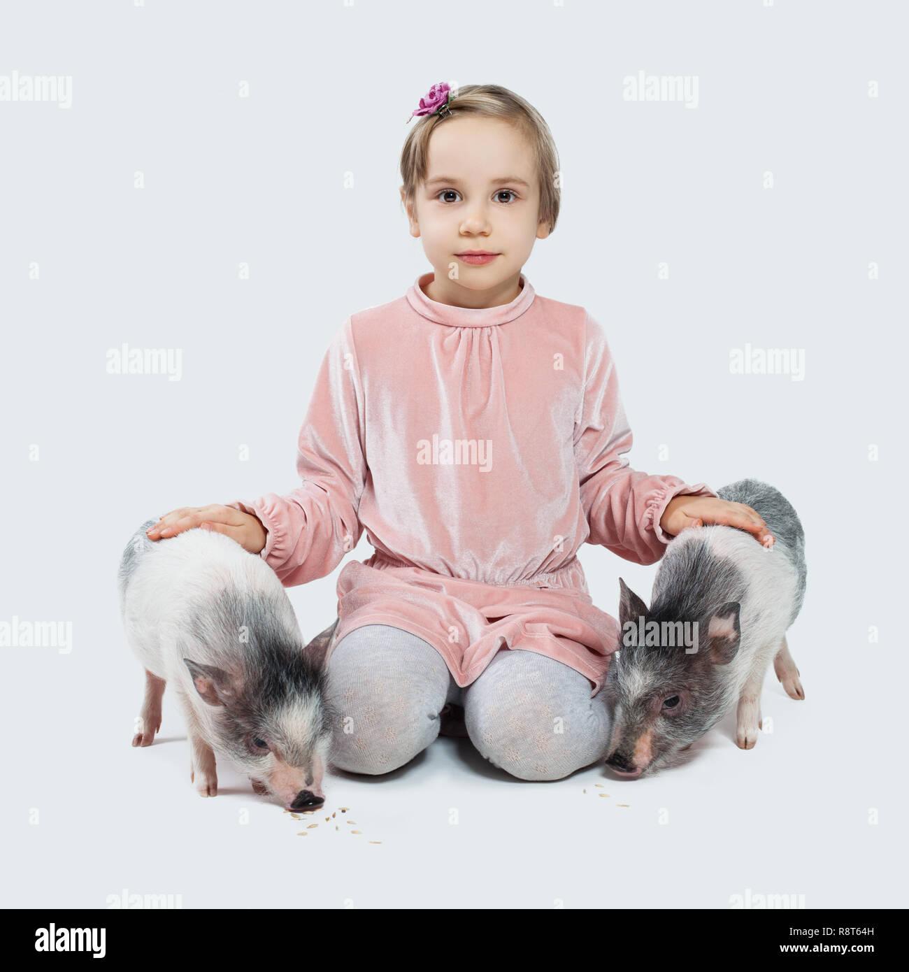 Frohliche Kleine Kind Madchen Und Schweine Kinder Und Haustiere