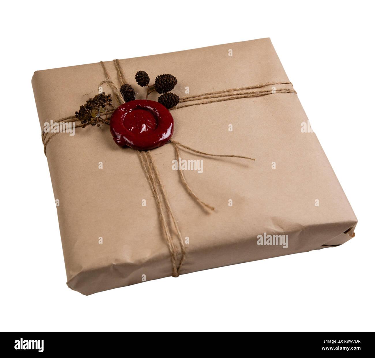 Geschenk verpackt in Handwerk Papier, mit einer Schnur und ...