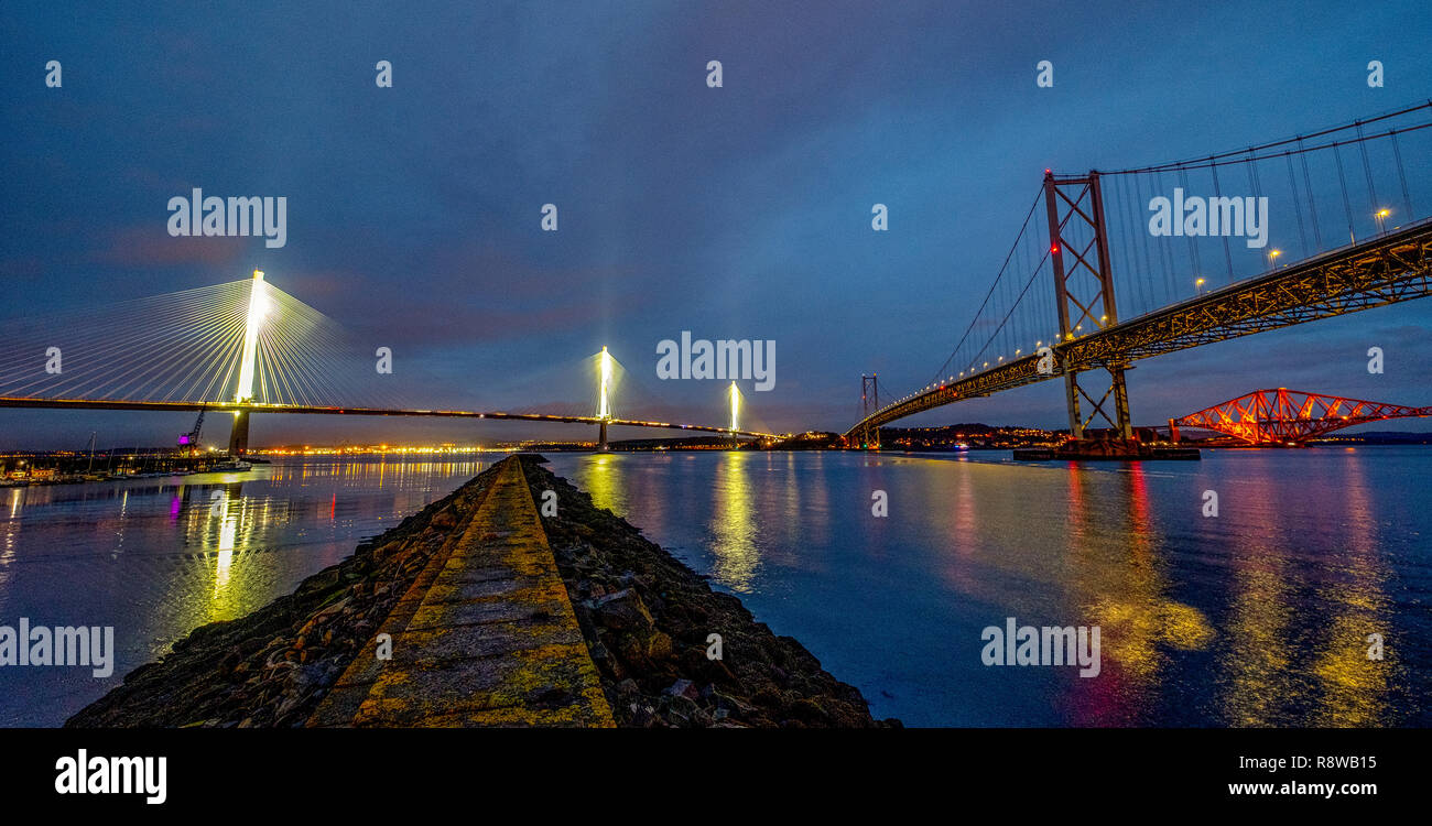 Sicht in der Dämmerung des neuen Queensferry Crossing Bridge, Forth Road Bridge und Forth Rail Bridge von Port Edgar South Queensferry. Stockfoto