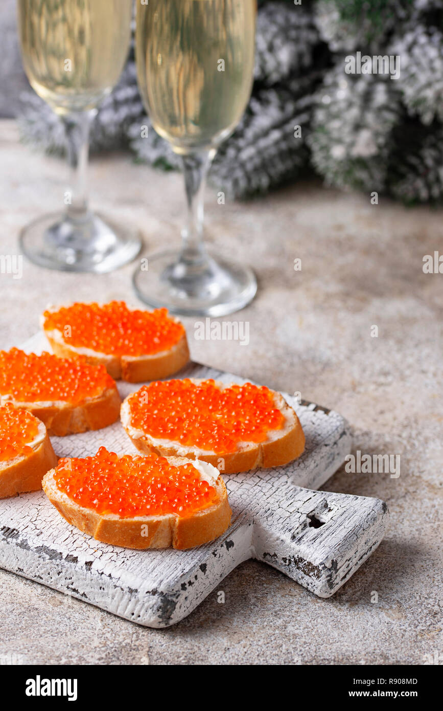 Toast mit roten Lachs Kaviar und Champagner Stockfoto