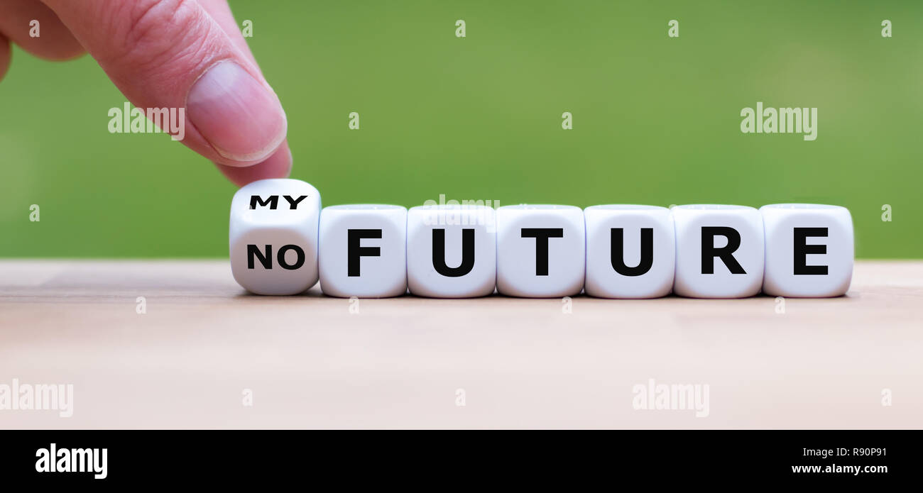"""Hand dreht einen Würfel und Änderungen der Ausdruck """"No Future"""" zu """"Meine Zukunft"""". Stockfoto"""