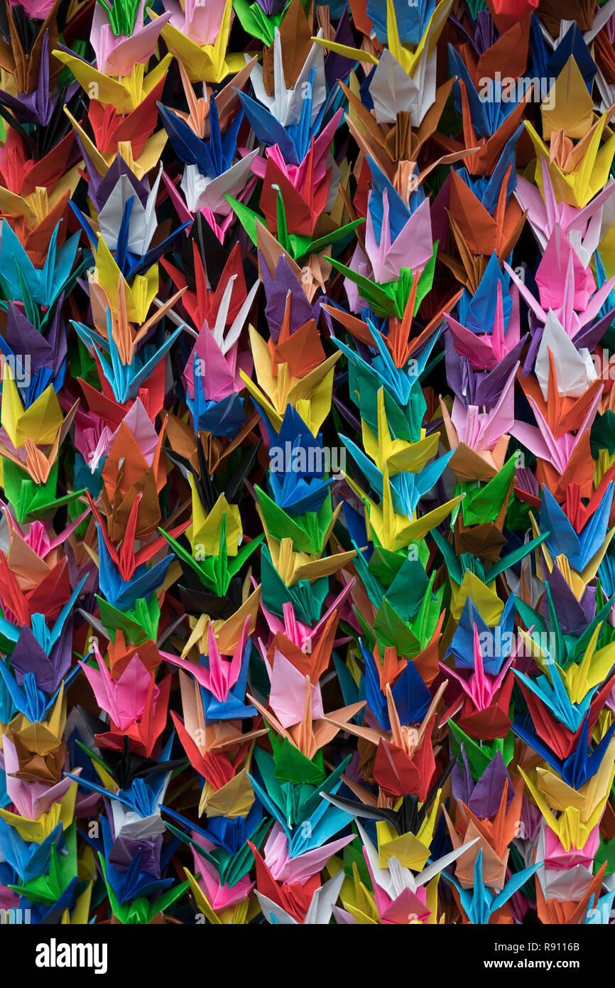 Trauben von bunten Origami Papier Kran Vögel full frame Nahaufnahme Stockbild