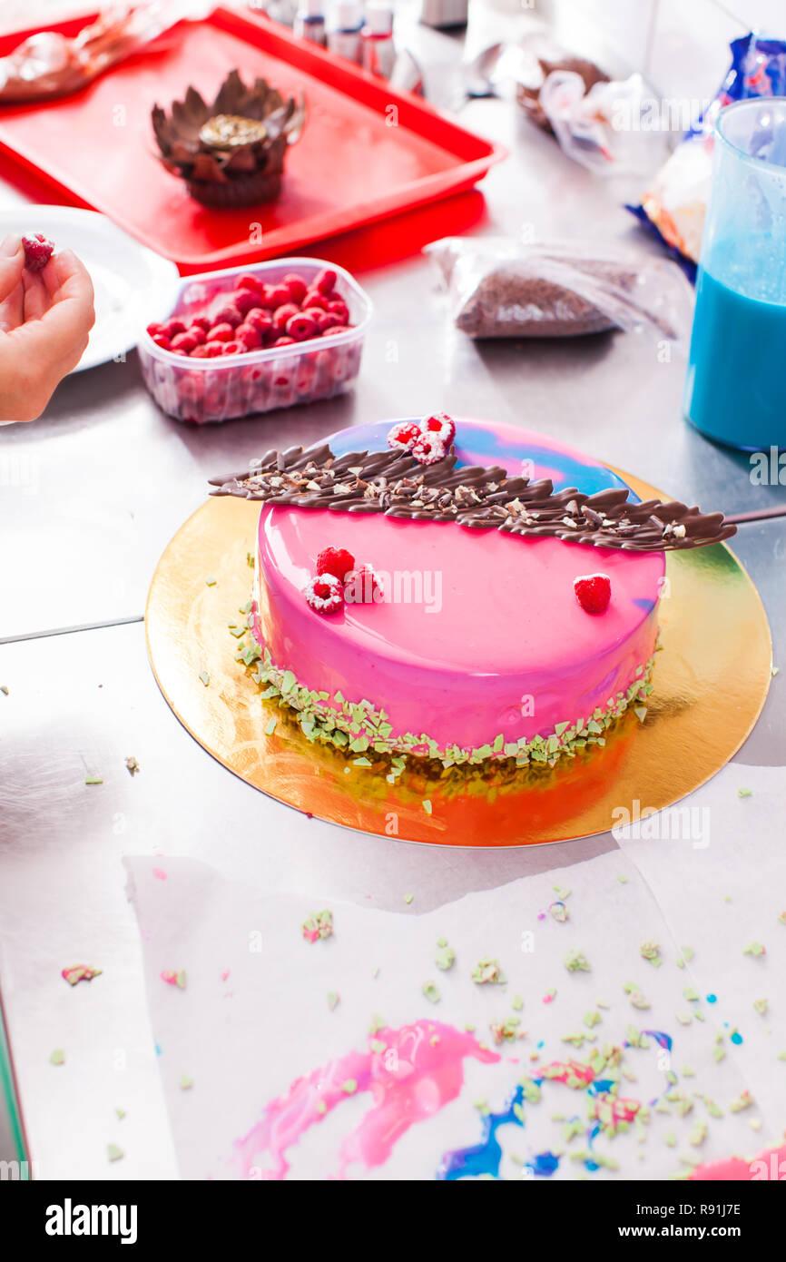 Prozess Der Glasur Verzieren Kuchen Mit Spiegel Stockfoto Bild