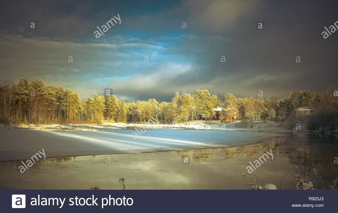 Schwedische winterlandscape mit Sonne und Schnee Stockbild