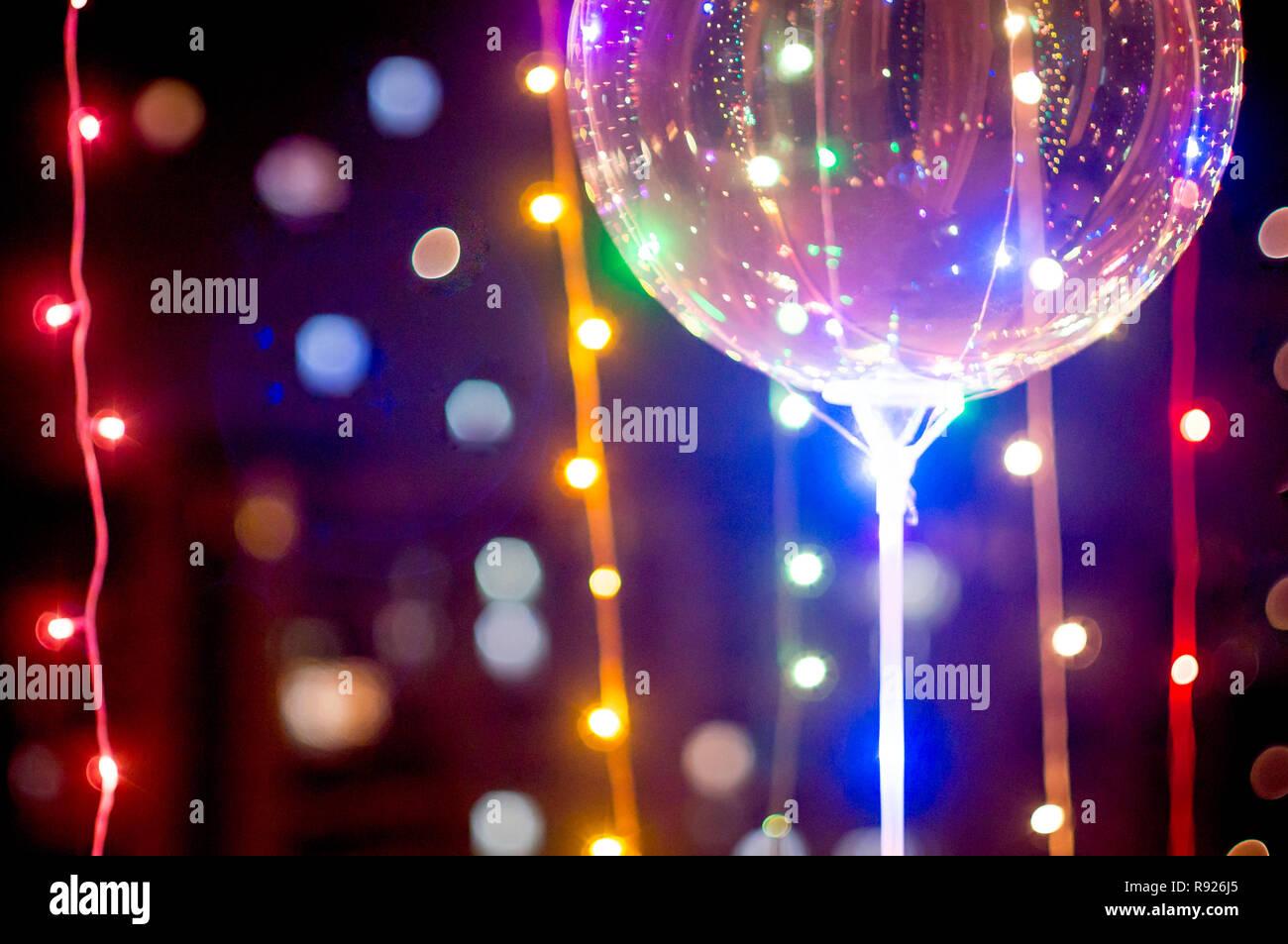 Ballonnen Met Licht : Transparente ballon mit led leuchten mit licht bokeh in backgrou