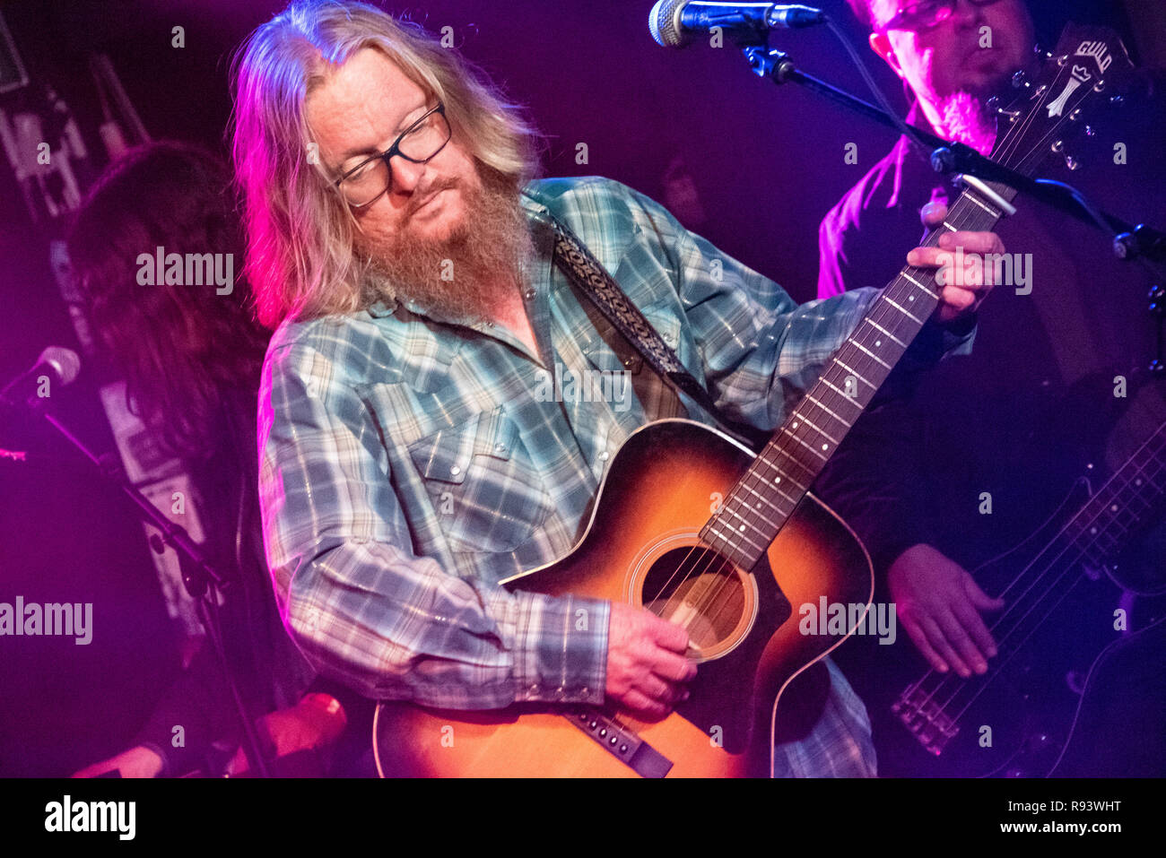 Derri Daugherty des Alternative Rock Band der Chor, zusammen mit Mitgliedern der Smalltown Dichter, live in Midtown Atlanta, Georgia. (USA) Stockbild