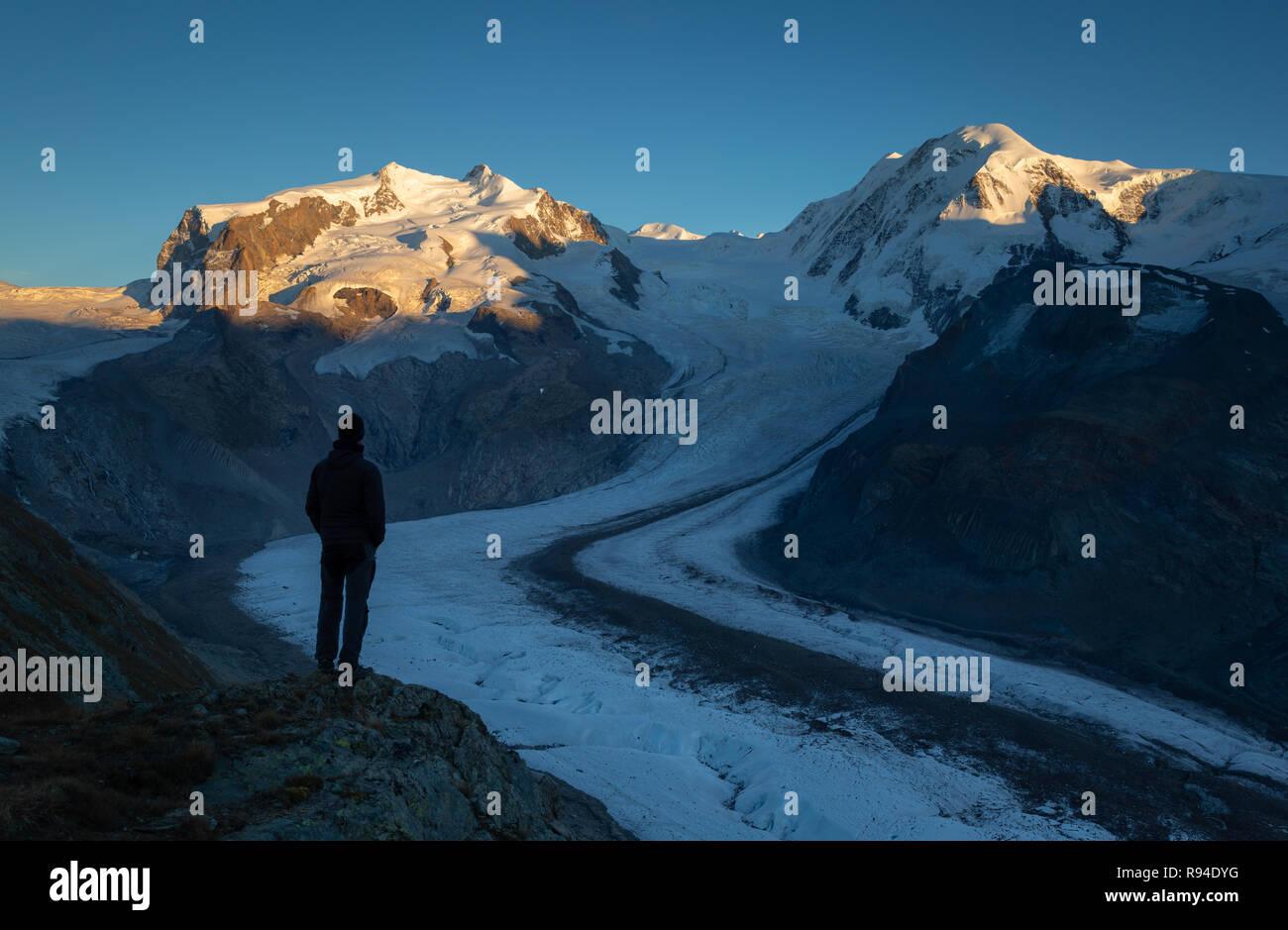 Mann am Monta Rosa Massiv vom Gornergrat in der Schweiz suchen. Stockbild