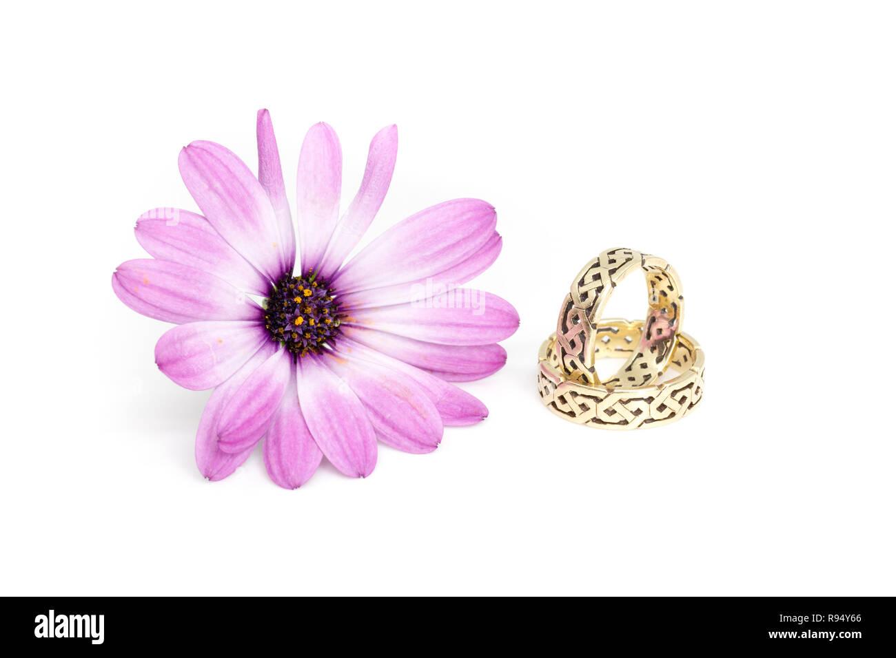 Goldene Hochzeit Ringe Mit Irischen Ornamente Und Daisybush