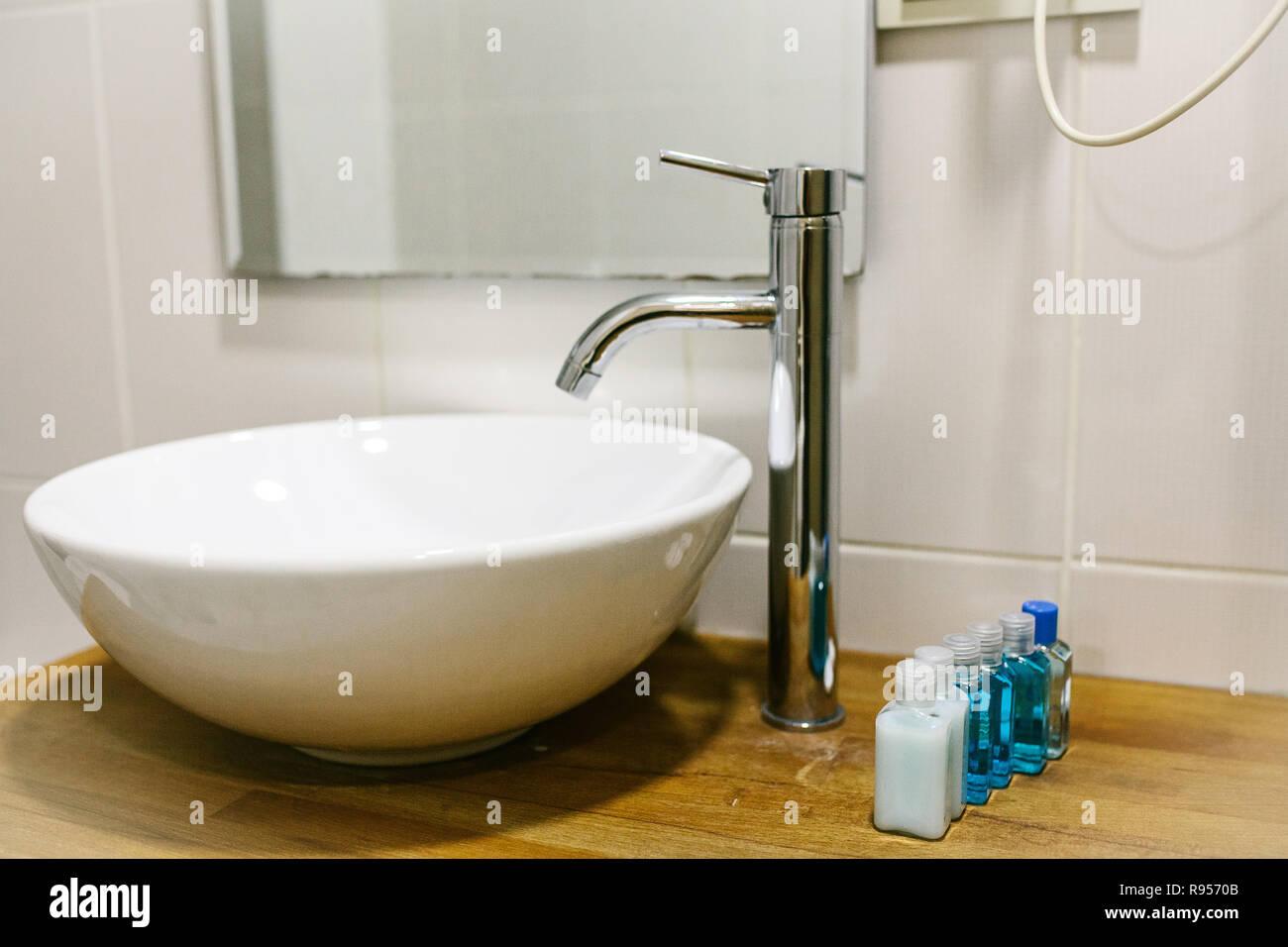 Bad im Hotel mit allen notwendigen Badezimmer Zubehör für den ...
