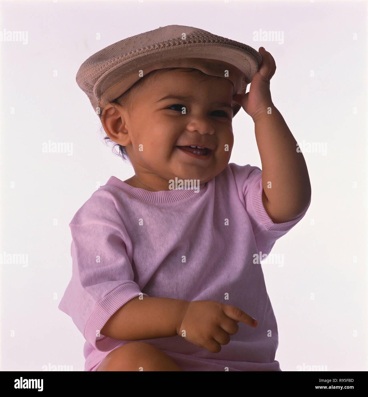 Baby Junge, mit Kappe, Porträt, weißer Hintergrund, MR Stockfoto