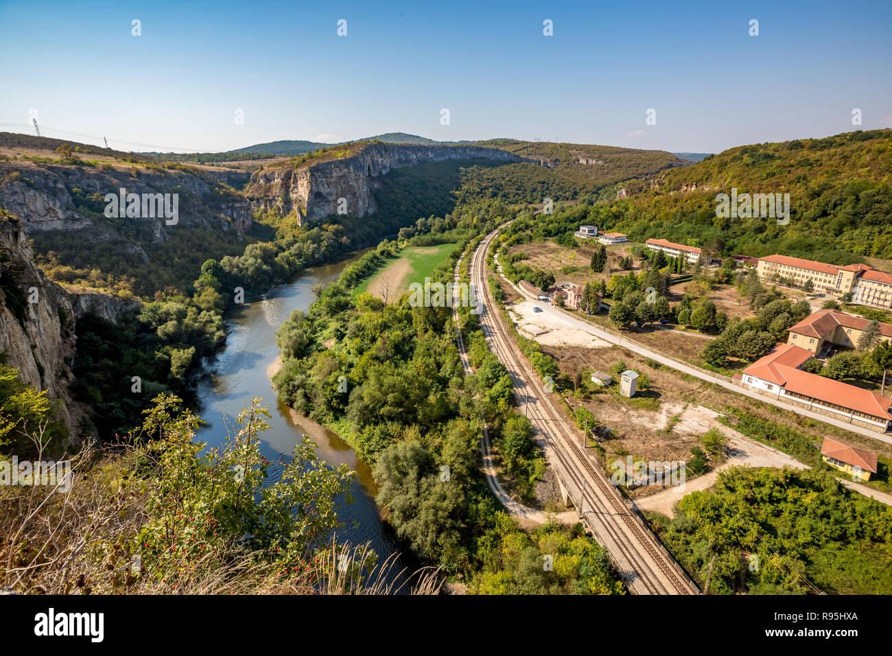Lange leere Bahn in der Nähe der psychiatrischen Klinik in der Nähe von Karlukovo, nördlichen Bulgarien im sonnigen Herbsttag, Landschaft von hoch oben mit Iskar Fluss auf Stockbild