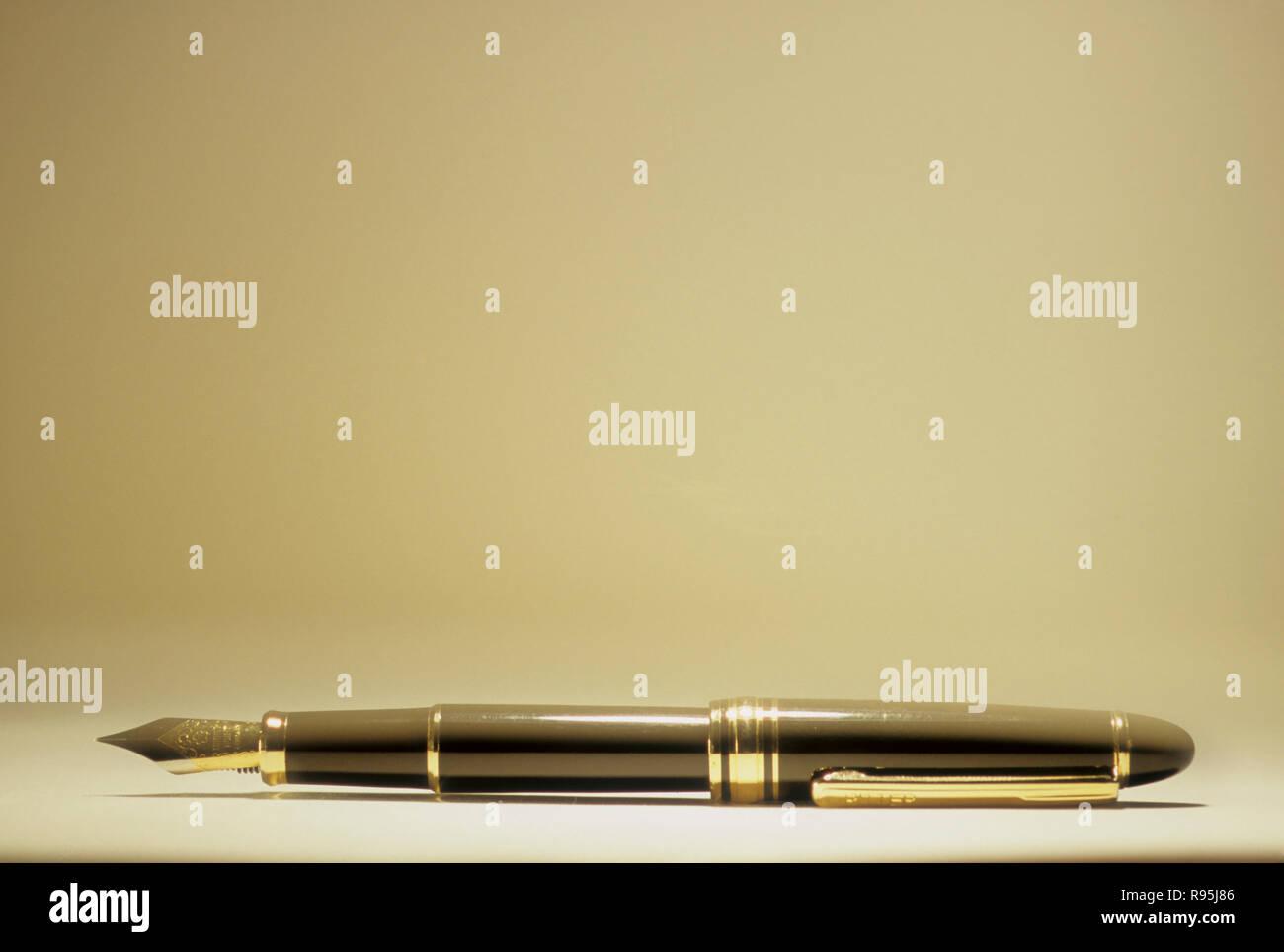 Konzept, die stärkste Waffe, Kugelschreiber mit offenen Schreiben Nib Stockbild