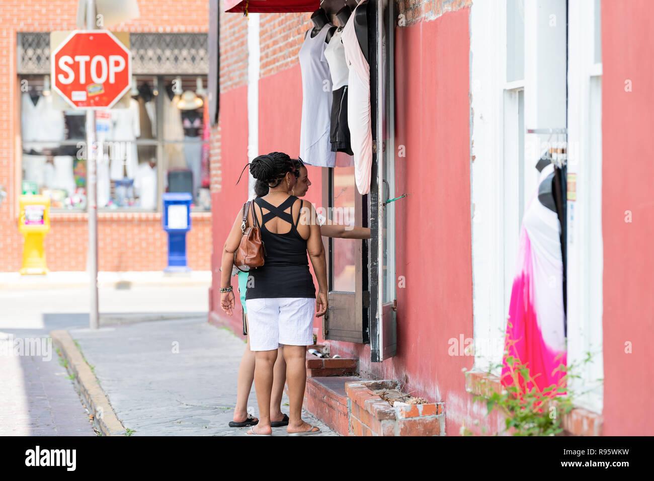 efcb9673330295 Key West, USA - Mai 1, 2018: Zwei Frauen stehen auf der Straße,  Bürgersteig, Straße, Einkaufen, die Wahl von Kleidung, Kleidung Shop,  Kleidung kleine ...