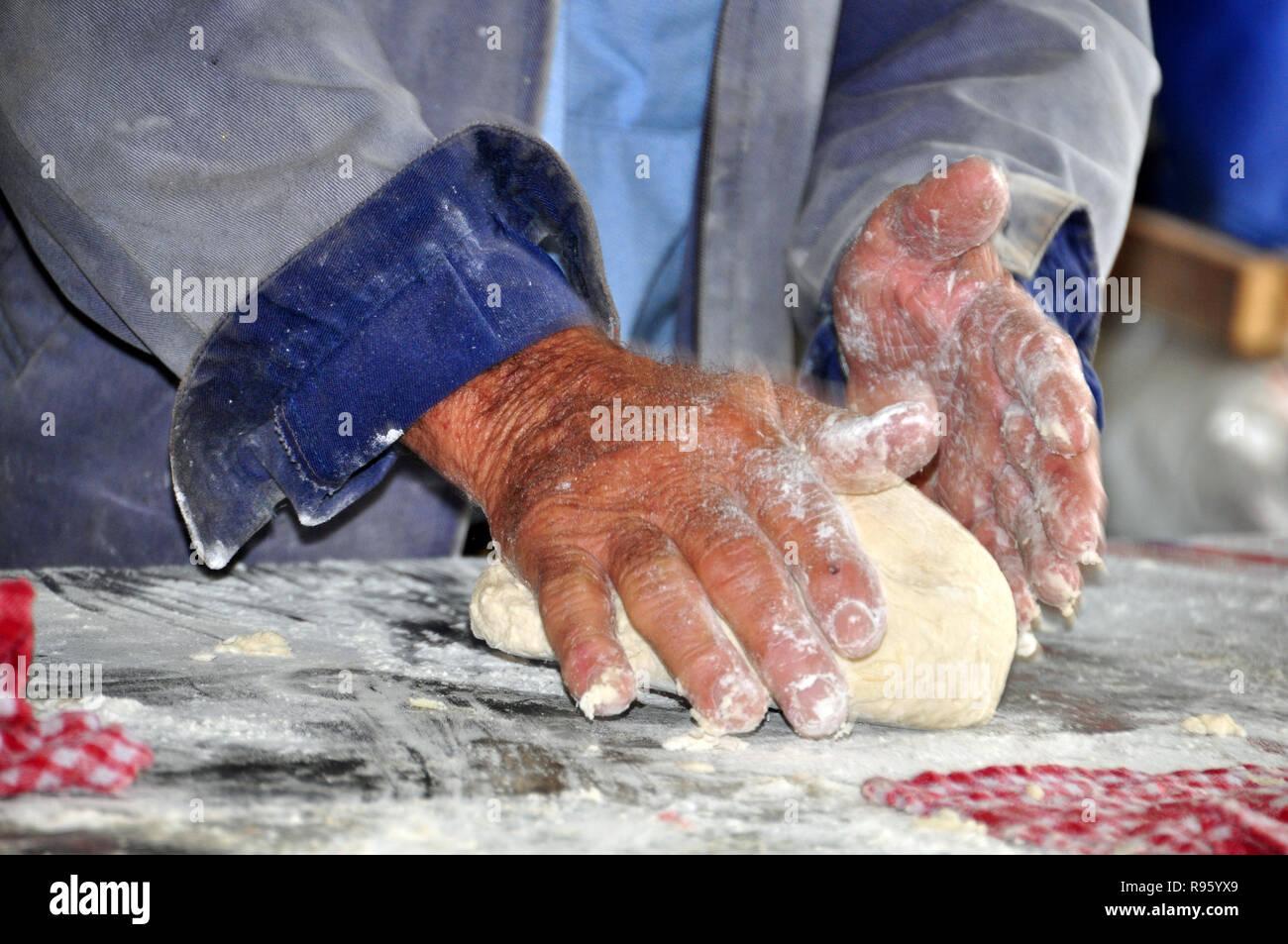 Hände, die Dämpfer TEIG Stockbild