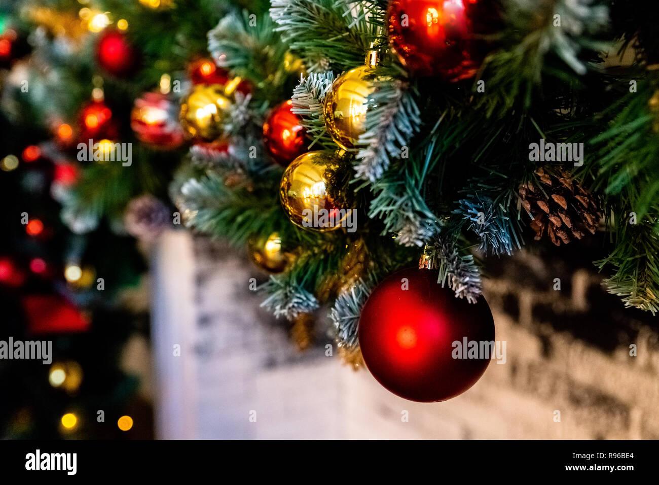 Schleifen Weihnachtsbaum.Weihnachten Kamin Weihnachtsbeleuchtung Dekoration äste