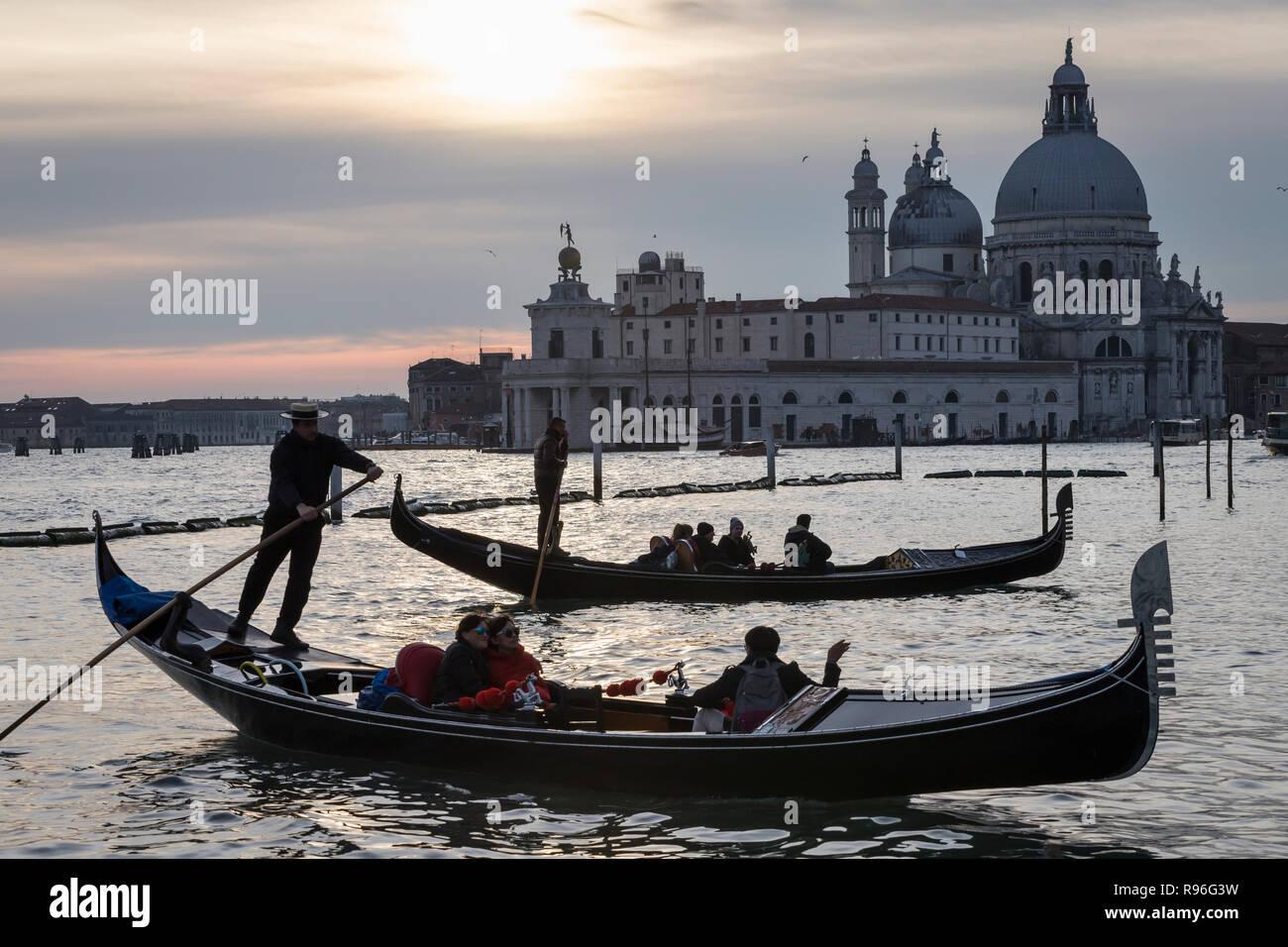 Gondeln und Santa Maria della Salute Basilca, Venedig, Italien Stockfoto