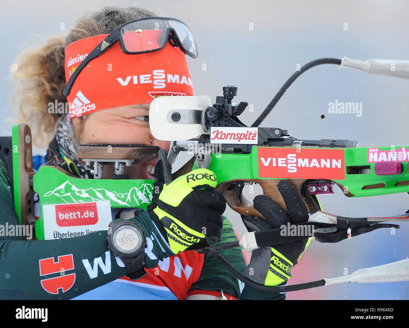 In Deutschland Laura Dahlmeier zielt darauf ab, ihr Gewehr während einer Biathlon Training vor der 2018 IBU Weltcup Biathlon in Nové M?sto na Morav?, Tschechien, Donnerstag, 20. Dezember 2018. (CTK Photo/Lubos Pavlicek) Stockbild