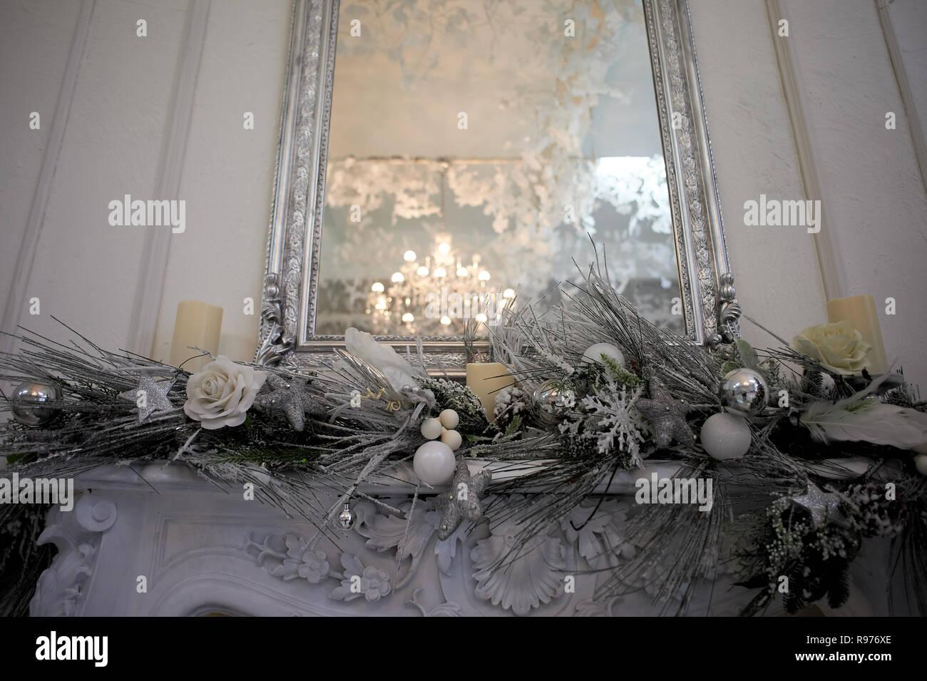 Reflexion der Kronleuchter im Spiegel. silver-tone Gamma. Home Dekoration für das neue Jahr Stockbild