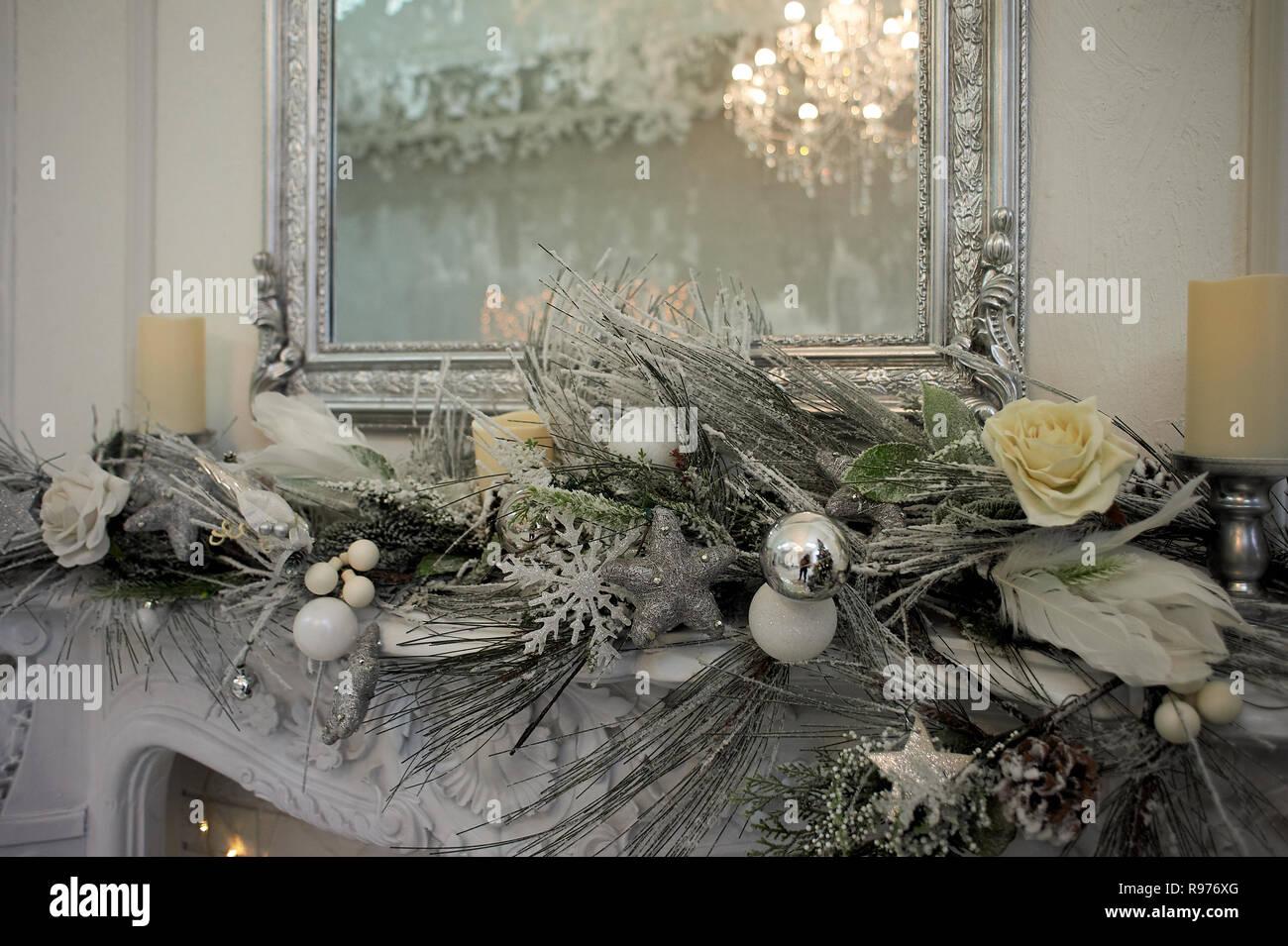 Reflexion der Kronleuchter in den Spiegel. Silver-tone Gamma. Home Dekoration für das neue Jahr Stockbild