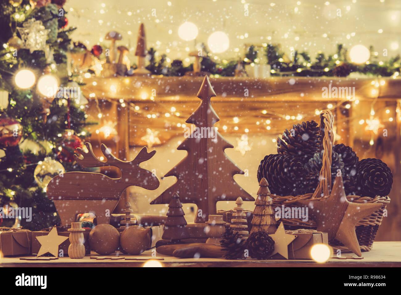 Christbaumkugeln Ornament.Gemütliches Wohnzimmer Holzspielzeug Figuren Sterne Elche Fell