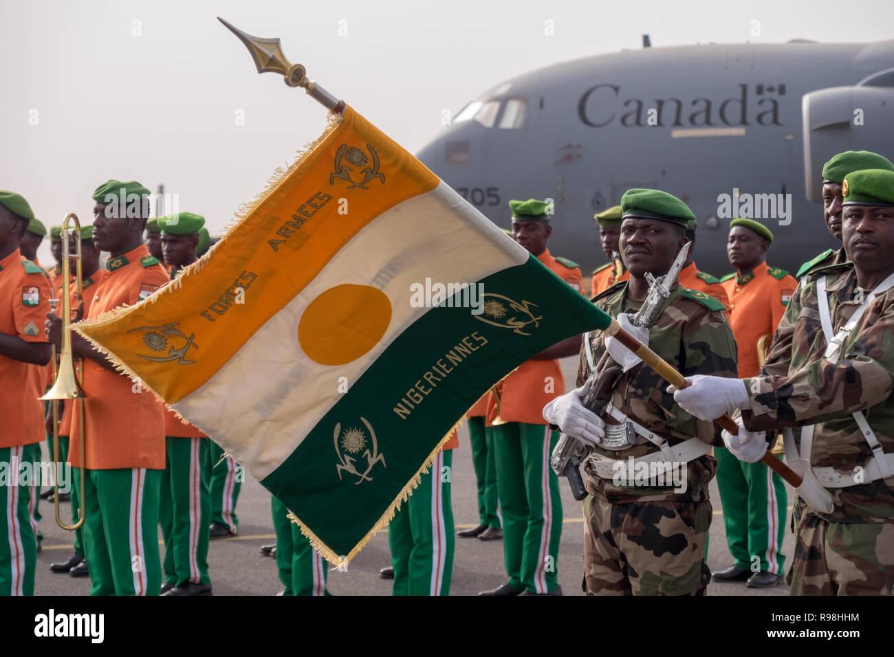 11 April 2018, Niamey, Niger - Nigrischen Soldaten parade vor einem kanadischen Militär Transport Flugzeug in Niger, während der Eröffnung der Musketen 2018 Stockbild