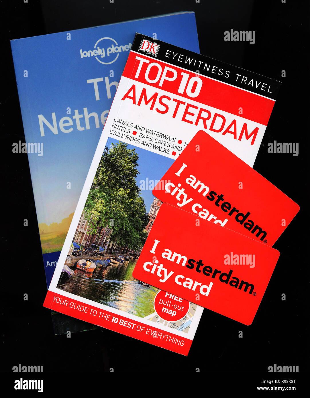 Lonely Planet, Zeitzeuge Reisen Top 10 für Amsterdam, Holland, Niederlande zusammen mit I Amsterdam Karten Stockbild