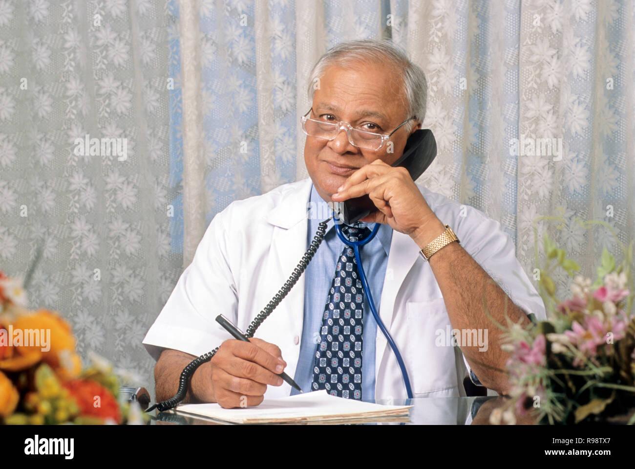 Alter Senioren männlicher Arzt holding Telefon Empfänger und hören Herrn Nr. 320 Stockbild