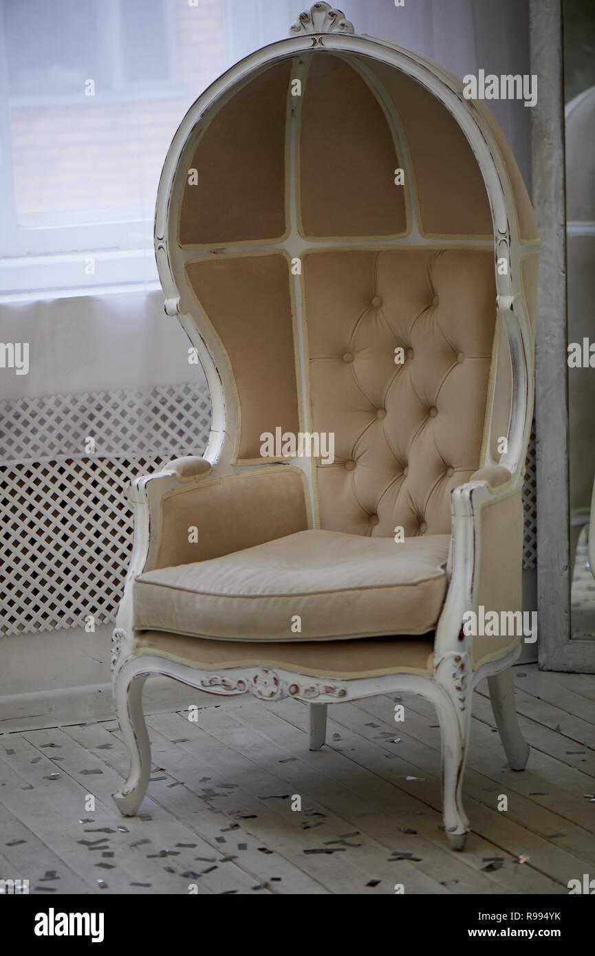 Massive alten Stuhl mit hellen Stoffbezug und hohe geschlossen zurück Stockbild