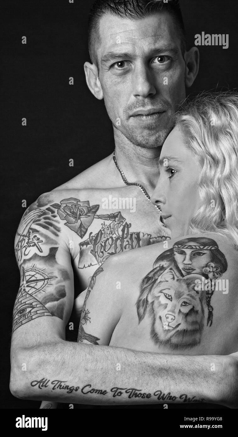 Ein junges Paar mit Tattoos Stockfoto