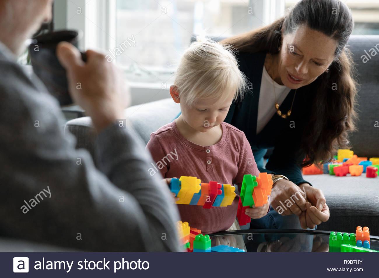 Großmutter und Enkelin spielen mit Kunststoff Bausteine Stockbild