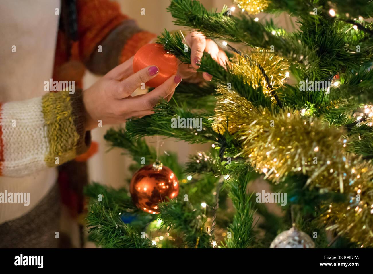 Weihnachtsbaum Tradition.Frau Schmücken Weihnachtsbaum Spanische Tradition Für Weihnachten