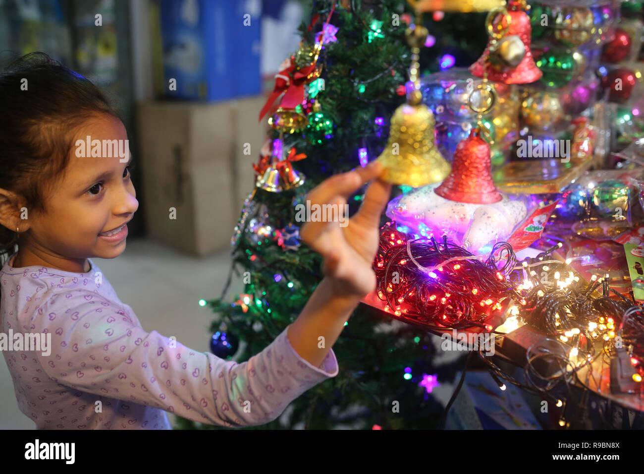 Girl Christmas Shopping in einem Geschäft vor Weihnachten Urlaub in Dhaka, Bangladesch am 20. Dezember 2018 gesehen. Stockbild