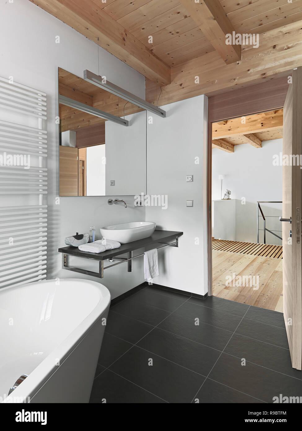 Interieur Aufnahmen von einem modernen Bad mit Holzdecke im ...